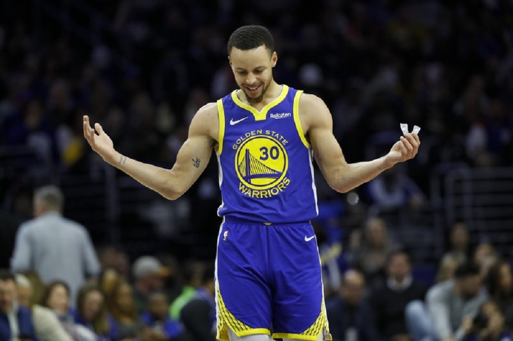 Curry scores 28, carries Warriors to win over 76ers