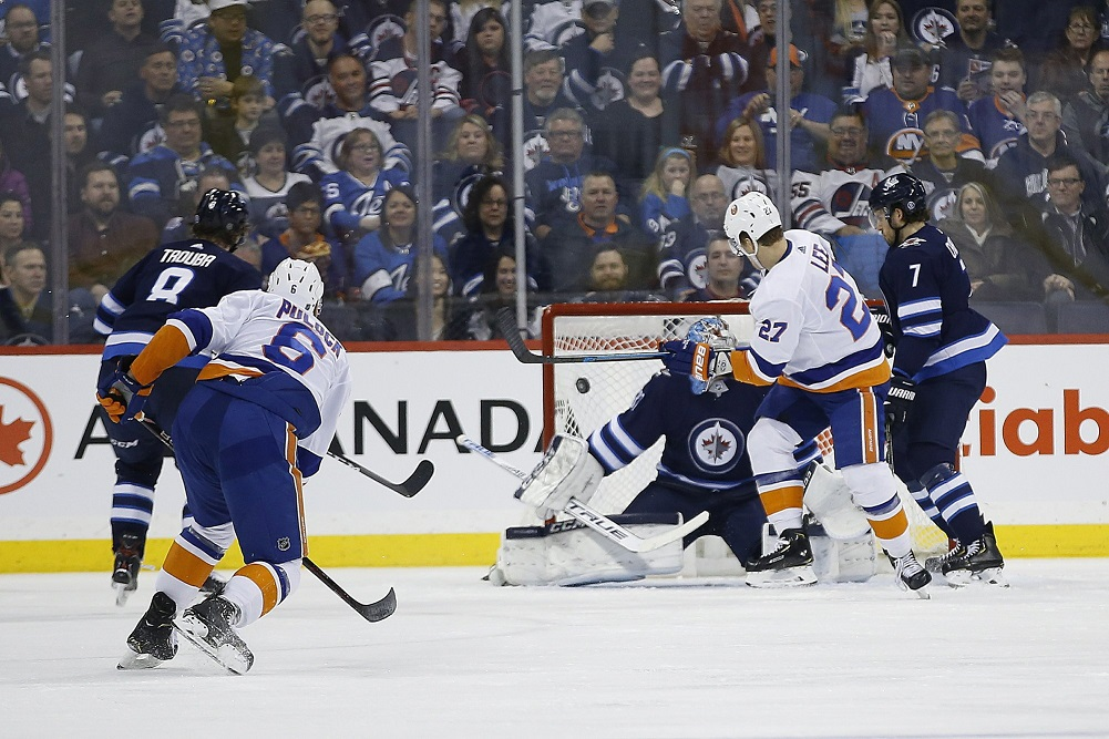Islanders rally with 2 late goals to beat Jets