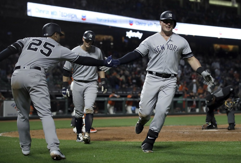 Voit homers, drives in 3 to power Yankees past Giants
