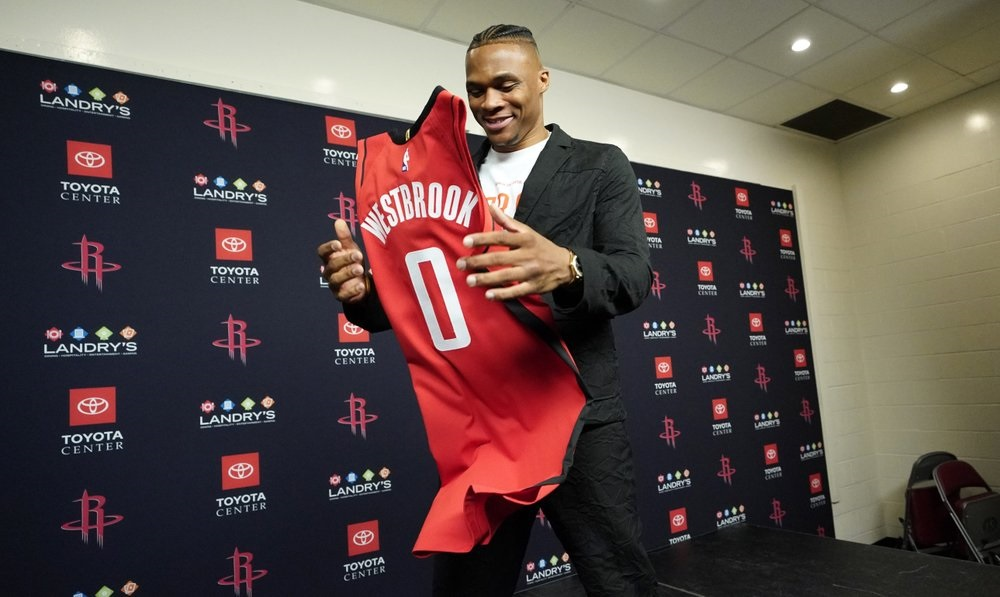 Westbrook all smiles in introduction with Rockets