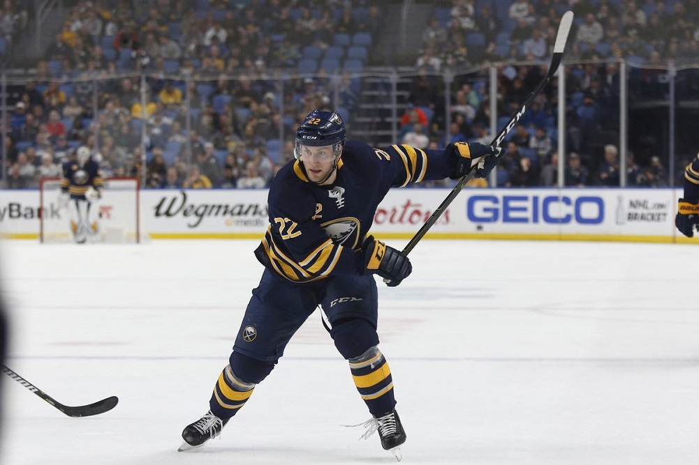 Larsson re-signs with Buffalo Sabres