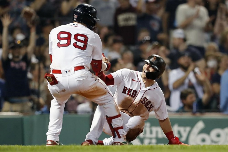Red Sox IF Hernández tests positive for COVID-19