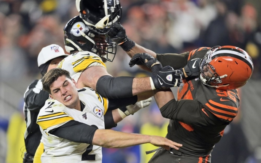 Garrett loses cool, hits Steelers QB with helmet in brawl