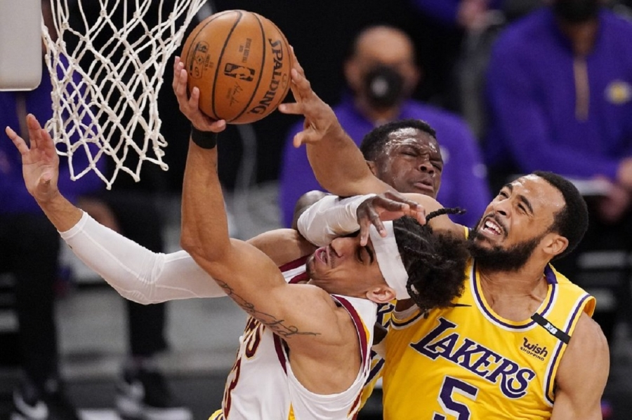 Cleveland Cavaliers v Los Angeles Lakers: Lakers rally past Cavaliers to snap 4-game losing streak