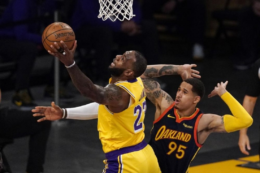 Golden State Warriors v Los Angeles Lakers: LeBron's 3 lifts Lakers over Warriors in West play-in game