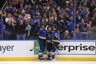 Schwartz scores twice, Blues beat Jets for 8th straight win