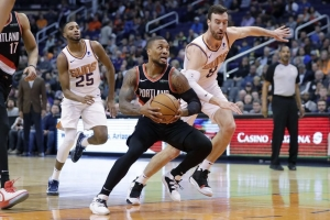 Lillard converts late 3-point play, Blazers top Suns